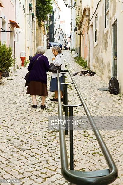 zwei frauen in rua da peixaria, lissabon - rua stock-fotos und bilder