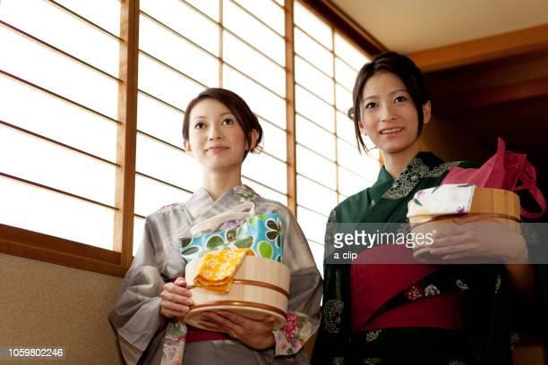風呂桶を持っている浴衣姿の女性2人 - 手ぬぐい ストックフォトと画像