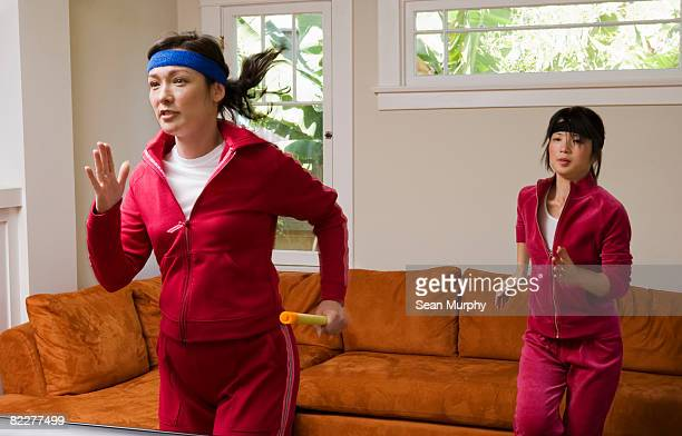 ジョギングに 2 つの女性のリビングルーム