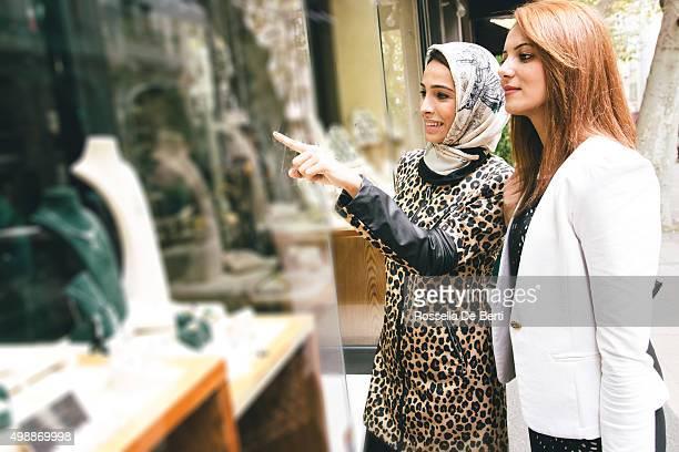 Due donne guardando una vetrina di gioielli