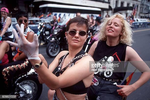 Kandidatkinja s liste Desne lige : Otkako su muškarci ženama dali pravo glasa svijet je otišao kvragu Two-women-on-in-a-dykes-on-bikes-shirt-ride-in-the-gay-and-lesbian-picture-id525527222?s=612x612