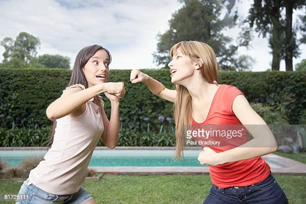 Zwei Frauen im Freien playfighting