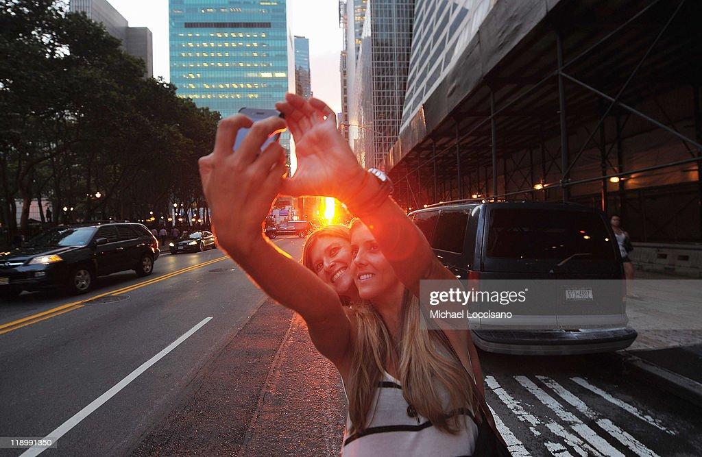 Sun Sets In Line With Manhattan's Street Grid : News Photo