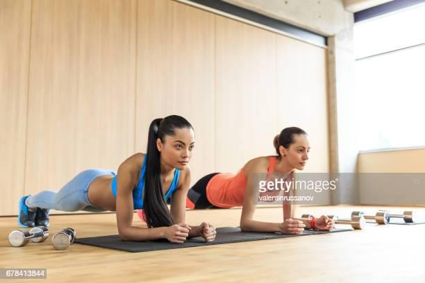 Zwei Frauen üben im Fitness-Studio