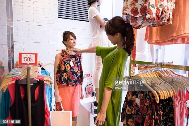 ショッピングをする 2 人の女性服店で