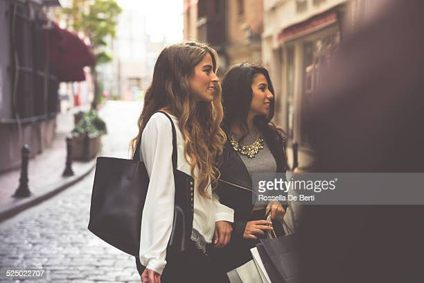 Zwei Frauen kaufen