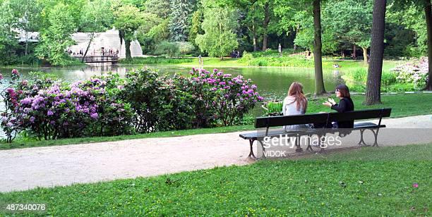 2 つの女性に座って公園の banch ます。