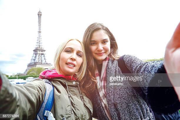 Deux femmes prenant selfie à Paris