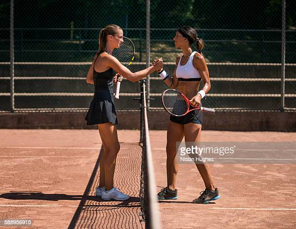 two women tennis players shaking hands after match - partido rondas deportivas fotografías e imágenes de stock