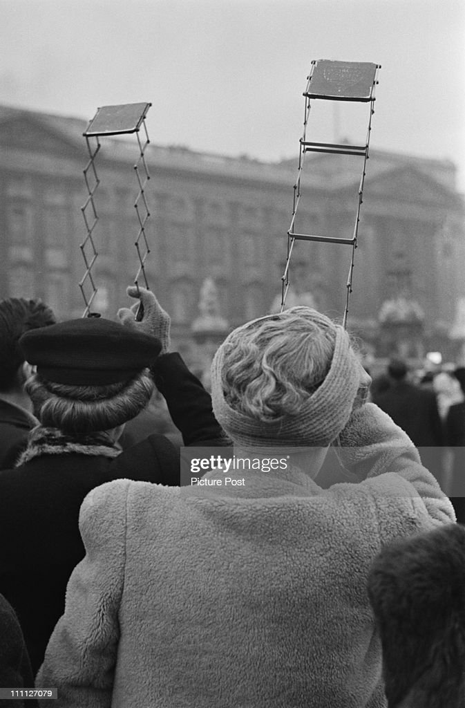 Spectators Use Periscopes : News Photo