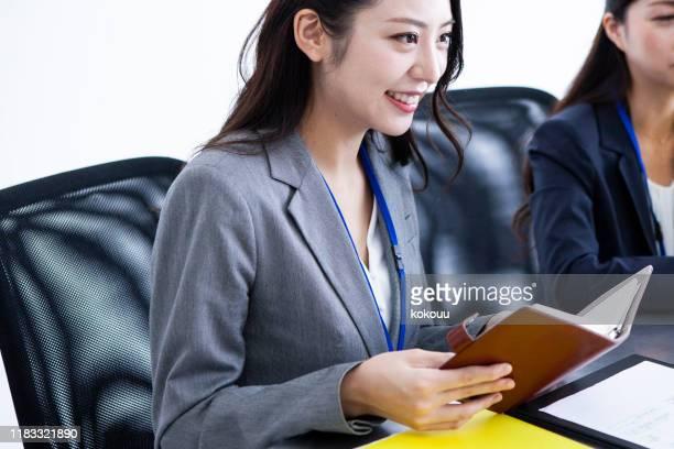 サーオフィスで働いている2人の女性 - occupation ストックフォトと画像