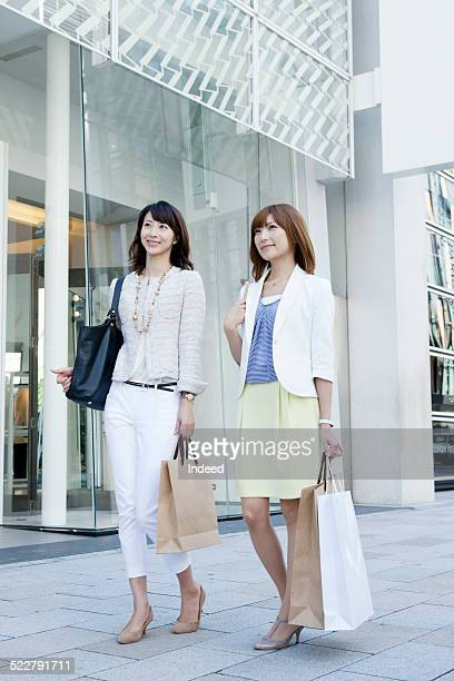 two women who stand - パンプス ストックフォトと画像