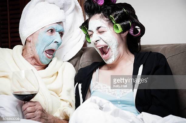 2 つの女性の美しさの顔マスクで、乾燥