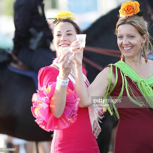 Dos mujeres con flamenco vestidos durante la feria de abril