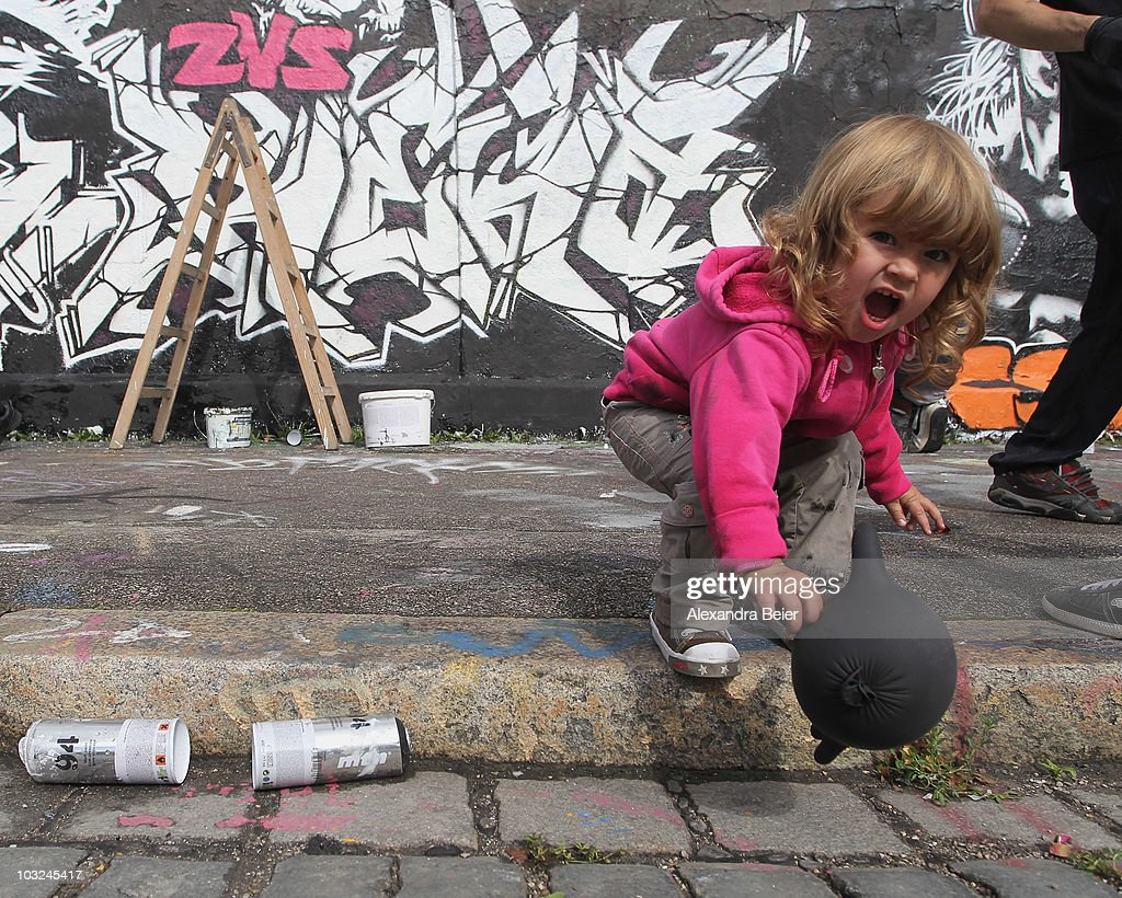 graffiti artists exercise on legal wallの写真およびイメージ