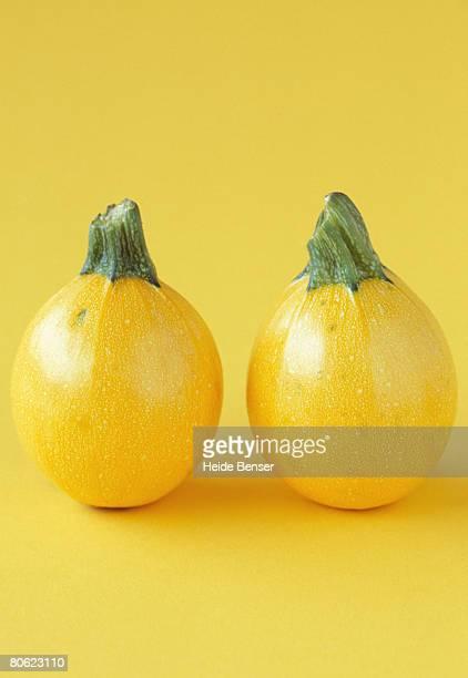two yellow pumpkins - représenter photos et images de collection