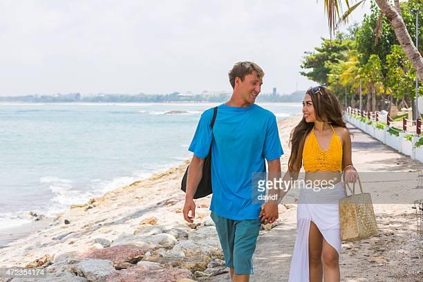Deux jeunes adultes, marchant le long de la plage
