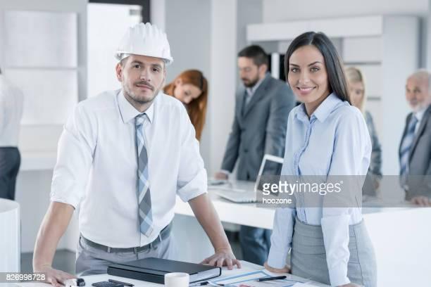 Twee jonge architecten op kantoor