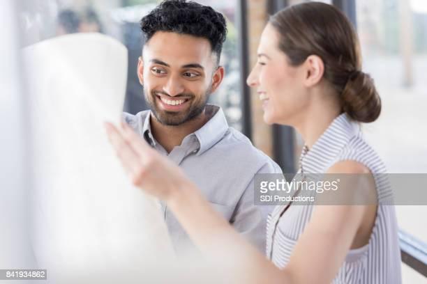 Dos jóvenes arquitectos reír durante la detección