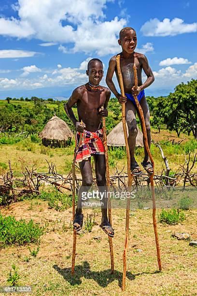 Zwei Jungen auf Stelzen, Äthiopien, Afrika