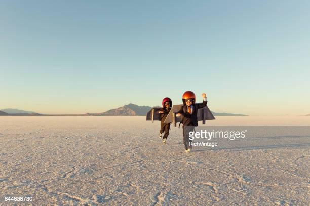 Zwei junge Unternehmer tragen Jet-Packs