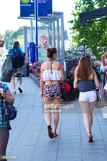 dos jóvenes mujeres de raza blanca en verano - mini shorts fotografías e imágenes de stock