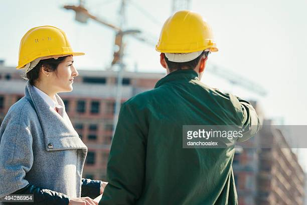 Zwei junge Ingenieure im Bau Website