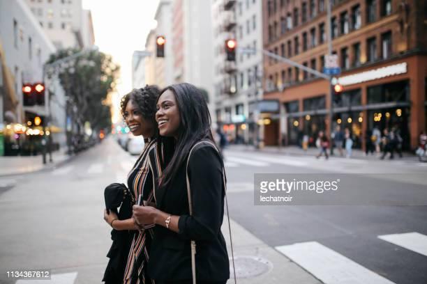 dos jóvenes amigas que caminan en el centro de los ángeles - city of los angeles fotografías e imágenes de stock