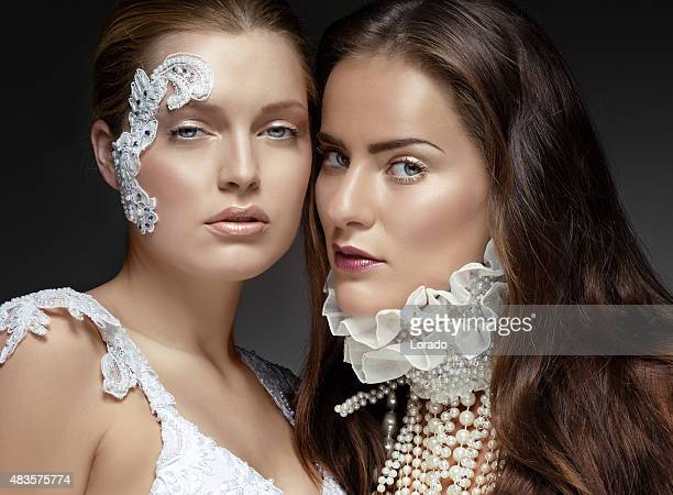 2 つの若い女性モデルを着れば、真珠の宝石