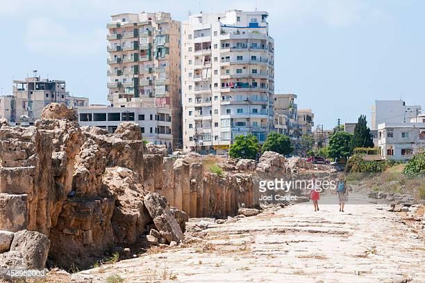 dos mujeres jóvenes turistas caminando en ruinas de neumáticos, líbano - líbano fotografías e imágenes de stock