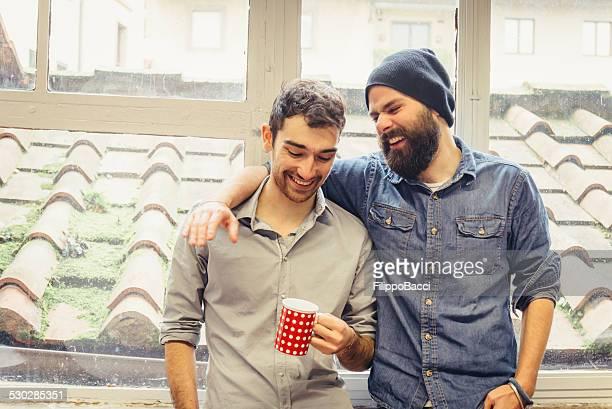Zwei junge Freunde in der Nähe der Fenster
