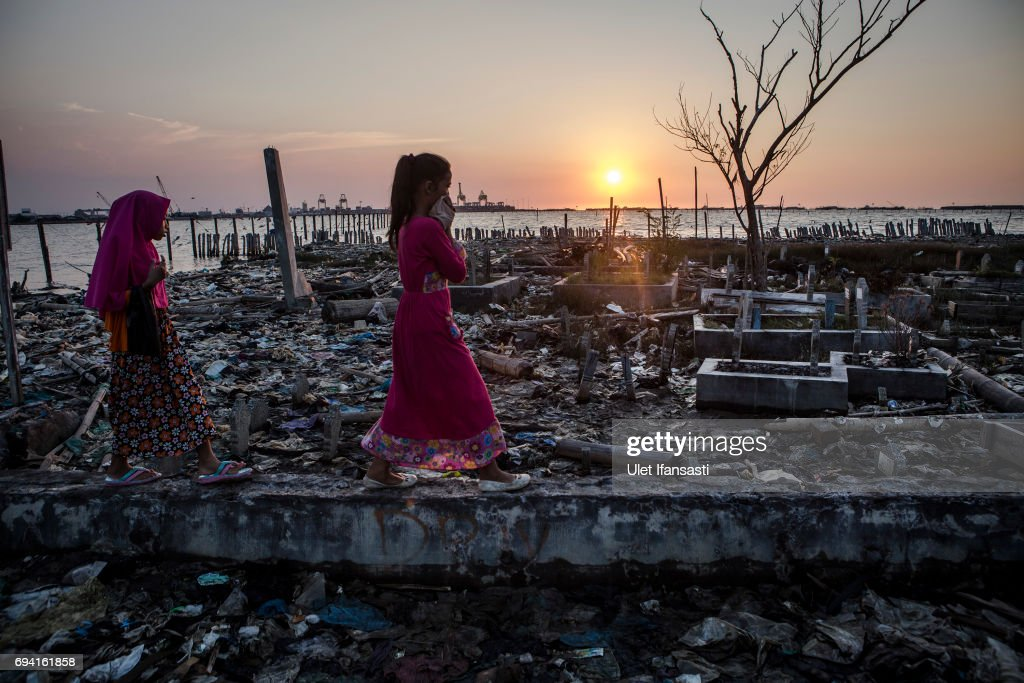 Indonesian Coasts Under Threat With Rising Waters : News Photo