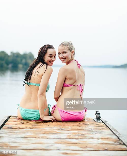 Zwei junge Mädchen neben den anderen auf den See