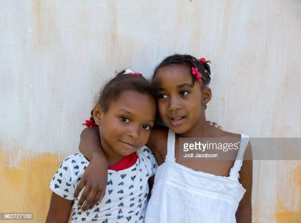 2 つの若いジャマイカ村の子どもたち