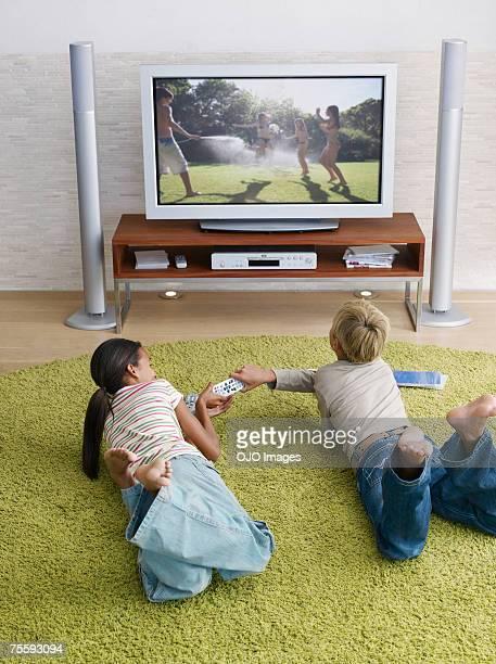 Zwei junge Kinder kämpfen über TV-Fernbedienung