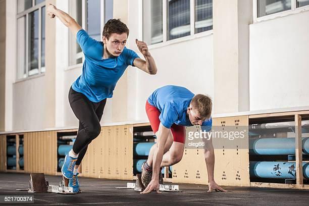 dois homens jovens estão empenhadas em execução - sprint imagens e fotografias de stock