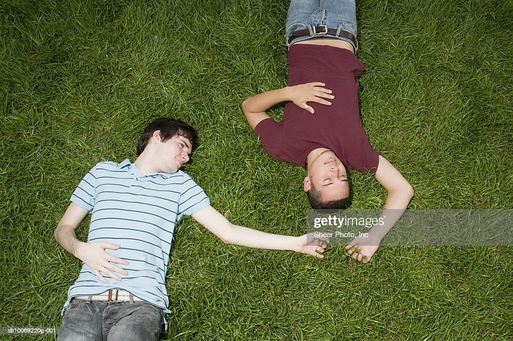 Two young men lying in grass, high angle view : Stockfoto