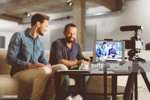 zwei junge männer machen video-blog - video stock-fotos und bilder
