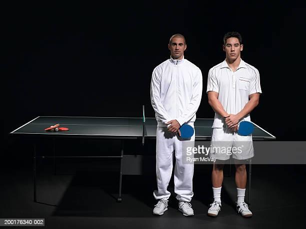 独立した 2 つの若い男性のポートレート、卓球テーブル、