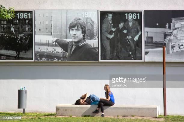 dois jovens descansando no memorial bernauer strasse - bernauer strasse - fotografias e filmes do acervo