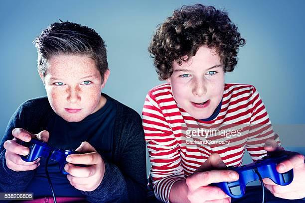 2 つの若い 10 代の少年がビデオゲーム
