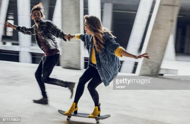 スケート ボード、手をつないで 2 つの若いティーンエイ ジャー
