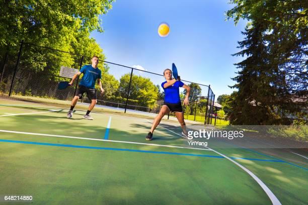 Deux jeunes adolescents jouant à la balle de Pickle