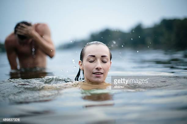 Deux jeunes adolescents sur le lac