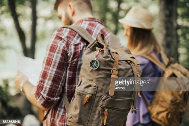 Zwei junge Reisende, die auf der Karte
