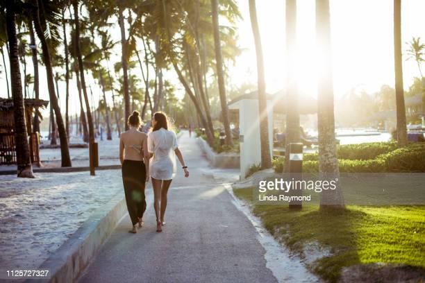 dos mujeres jóvenes en vacaciones - punta cana fotografías e imágenes de stock