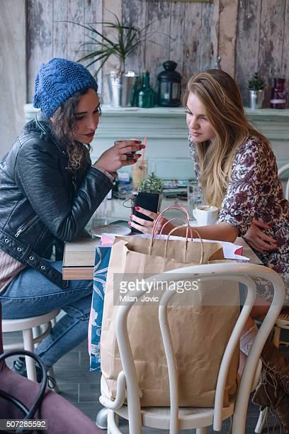 Zwei junge Frauen trinken Kaffee in einem Café
