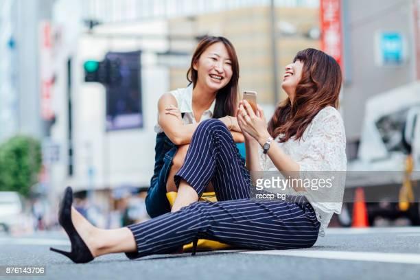 Selfie を楽しみたい二人の若い女性