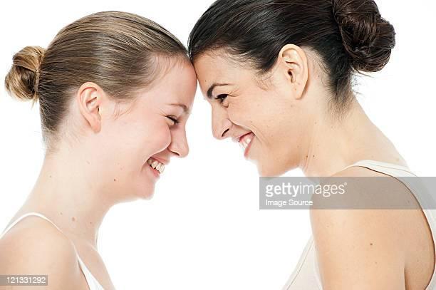 Zwei junge Frauen von Angesicht zu Angesicht.