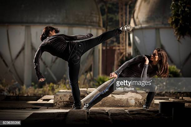 two young women fighting - 決闘 ストックフォトと画像